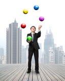 Bolas que lanzan y de cogidas del hombre de negocios de moneda del símbolo imagen de archivo