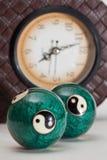 Bolas relajantes y reloj Imágenes de archivo libres de regalías