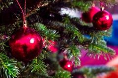 Bolas rojas de la decoración para el árbol del Año Nuevo Tarjeta de felicitación Fotos de archivo