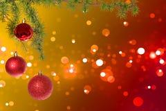 Bolas rojas de la Navidad con el árbol de abeto verde en bokeh colorido Imágenes de archivo libres de regalías