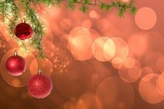 Bolas rojas de la Navidad con el árbol de abeto verde en bokeh rosado Imagenes de archivo