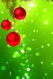 Bolas rojas de la Navidad con el árbol de abeto verde en bokeh verde colorido Fotos de archivo