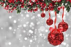 Bolas rojas de la Navidad con el árbol de navidad en el gris Foto de archivo libre de regalías