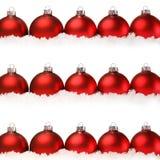 Bolas rojas de la Navidad con la nieve aislada en blanco Fotografía de archivo