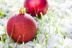 Bolas rojas de la Navidad con nieve imagenes de archivo
