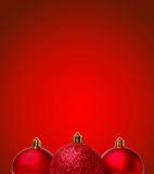 Bolas rojas de la Navidad en fondo rojo Tarjeta de Greating del Año Nuevo Foto de archivo