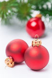 Bolas rojas de la Navidad en un fondo blanco, foco selectivo Fotografía de archivo libre de regalías