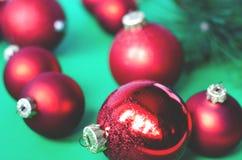 Bolas rojas de la Navidad en un fondo verde imagen de archivo libre de regalías