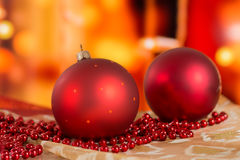 Bolas rojas de la Navidad y gotas de oro en un fondo borroso Fotos de archivo libres de regalías