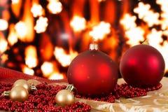 Bolas rojas de la Navidad y gotas de oro en un fondo borroso Fotografía de archivo