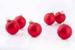 Bolas rojas de la tarde de la Navidad Fotografía de archivo