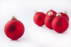 Bolas rojas de la tarde de la Navidad Fotos de archivo