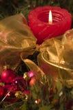 Bolas rojas de la vela y de la Navidad Fotos de archivo libres de regalías