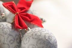 Bolas rojas del arco y del silevr de la Navidad Imagen de archivo