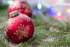 Bolas rojas del ornamento de la Navidad, decoración del árbol de abeto Imagen de archivo