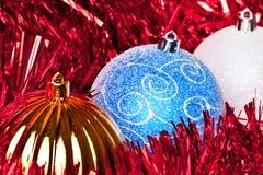 Bolas rojas del tiinsel y de la Navidad Imagen de archivo