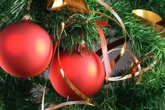 Bolas rojas que cuelgan del árbol de navidad Foto de archivo libre de regalías