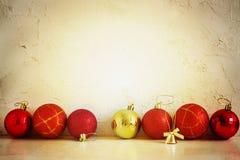 Bolas rojas y amarillas de la composición de la Navidad, copos de nieve en un fondo ligero Estilo de la vendimia tono Imagenes de archivo