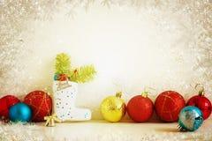 Bolas rojas y amarillas de la composición de la Navidad, copos de nieve en un fondo ligero Estilo de la vendimia tono Fotos de archivo libres de regalías