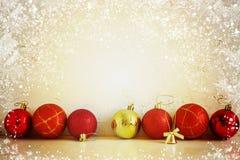 Bolas rojas y amarillas de la composición de la Navidad, copos de nieve en un fondo ligero Estilo de la vendimia tono Fotografía de archivo libre de regalías