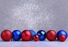 Bolas rojas y azules de la Navidad en el fondo de plata Imagen de archivo libre de regalías