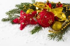 Bolas rojas y de oro en nieve fotos de archivo libres de regalías