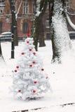 Bolas rojas y de plata del ornamento en el árbol de navidad blanco adorning Foto de archivo libre de regalías