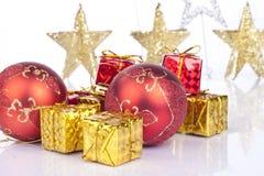 Bolas rojas y regalos de Navidad Fotografía de archivo