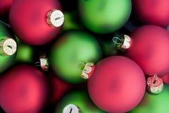 Bolas rojas y verdes del día de fiesta Foto de archivo