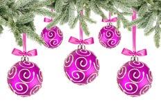 Bolas rosadas de la Navidad con los arcos y las ramas de árbol de navidad Imagen de archivo libre de regalías