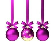 Bolas rosadas de la Navidad que cuelgan en cinta con los arcos, aislados en blanco Imagen de archivo