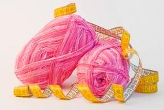Bolas rosadas del hilado con la cinta de medición imagen de archivo
