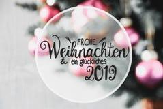 Bolas roxas obscuras, caligrafia Glueckliches 2019 meios 2019 feliz fotos de stock