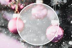 Bolas roxas obscuras, espaço da cópia, flocos de neve, árvore de Natal fotografia de stock
