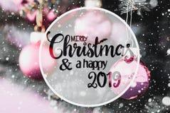 Bolas roxas obscuras, Feliz Natal da caligrafia e 2019 feliz, flocos de neve imagens de stock