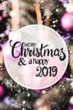 Bolas roxas obscuras, Feliz Natal e um 2019 feliz, flocos de neve foto de stock