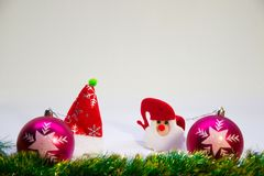 Bolas roxas, Santa Claus em um chapéu vermelho e em acessórios para o Natal Fotografia de Stock