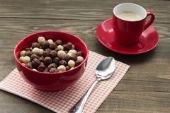 Bolas sanas de un cereal de desayuno con leche y café Imagen de archivo