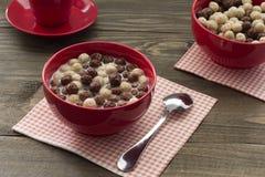 Bolas sanas de un cereal de desayuno con leche y café para dos Imagen de archivo libre de regalías