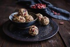 Bolas saudáveis da farinha de aveia com sementes do chia, arandos, coco, sementes de linho e mel Imagens de Stock