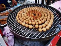 Bolas tailandesas grelhadas das salsichas no fogão no mercado Foto de Stock