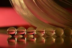 Bolas transparentes en espacio con rojo de la reflexión Imagen de archivo