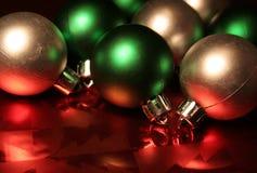 Bolas verdes y de plata Foto de archivo libre de regalías