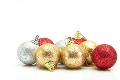 Bolas vermelhas bonitas do Natal do ouro e da prata no branco Fotografia de Stock