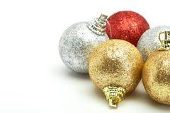 Bolas vermelhas bonitas do Natal do ouro e da prata no branco Fotografia de Stock Royalty Free