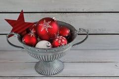 Bolas vermelhas da árvore de Natal da decoração do Natal Fotografia de Stock