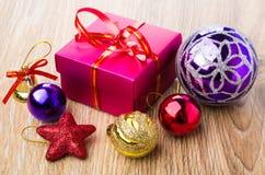 Bolas vermelhas da caixa e do Natal de cartão na tabela Fotos de Stock Royalty Free