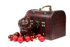 Bolas vermelhas do galo e do Natal do chocolate isoladas em um branco Imagens de Stock Royalty Free