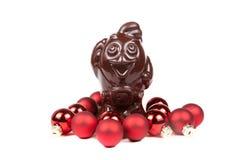 Bolas vermelhas do galo e do Natal do chocolate isoladas em um branco Imagem de Stock