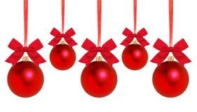 Bolas vermelhas do Natal com curva na fita isolada no branco Imagens de Stock Royalty Free